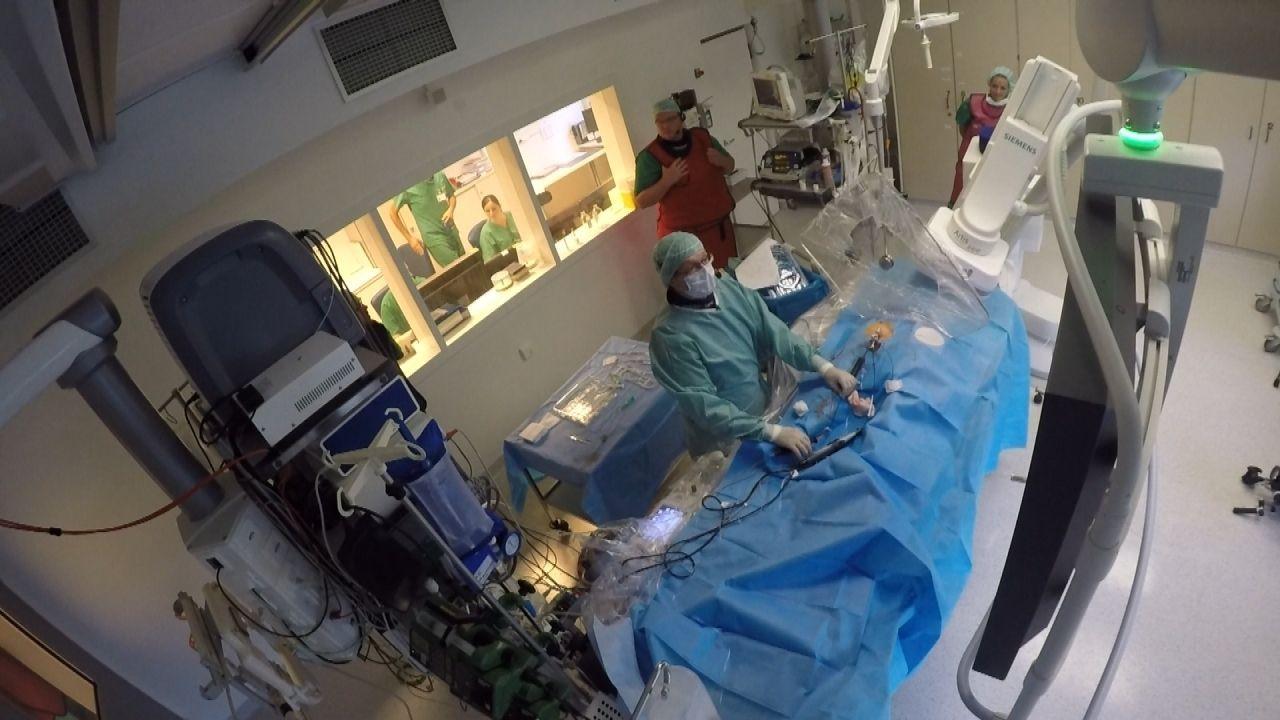 Bei den Operationen, dem Notfalleinsätzen in Rettungshubschrauber und Intensivtransport waren Ein-Mann-Filmteams im Einsatz, die extra für Dreharbei... - Bildquelle: kabel eins