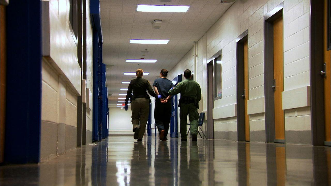 Weil sie sich mit einer Polizistin angelegt hatte, wird Marcella Stroup in die Einzelhaft verlegt ... - Bildquelle: James Peterson National Geographic Channels/ Part2 Pictures