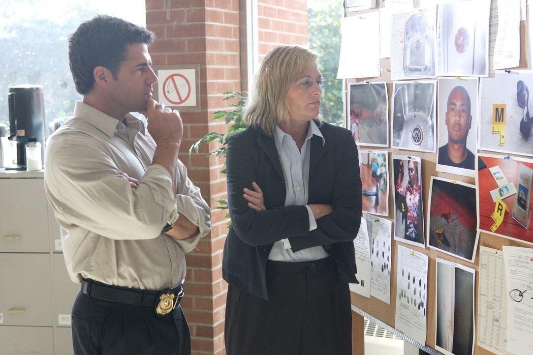 Detective Diana Tilton (Dianne DeGroot, r.) und Captain Randy Rowland (Michael Scratch, l.) ermitteln, als eine Immobilienmaklerin tot in einem Mode... - Bildquelle: Ian Watson Cineflix 2008