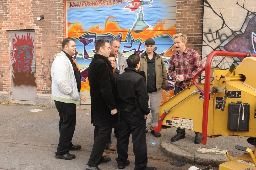 """Gordon Ramsay (r.) fährt schwere Geschütze auf, um das """"DownCity"""" vor dem Untergang zu bewahren ... - Bildquelle: Jeffrey Neira Fox Broadcasting.  All rights reserved."""