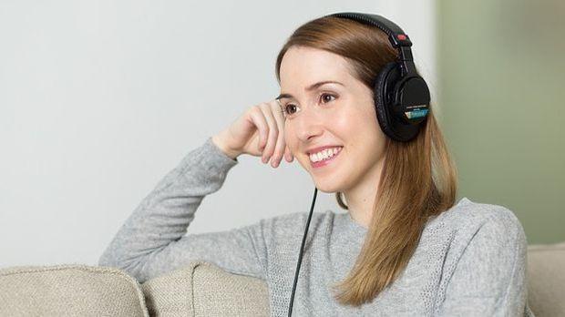Geräusche nehmen Menschen mit ihren Ohren über Schallwellen wahr.