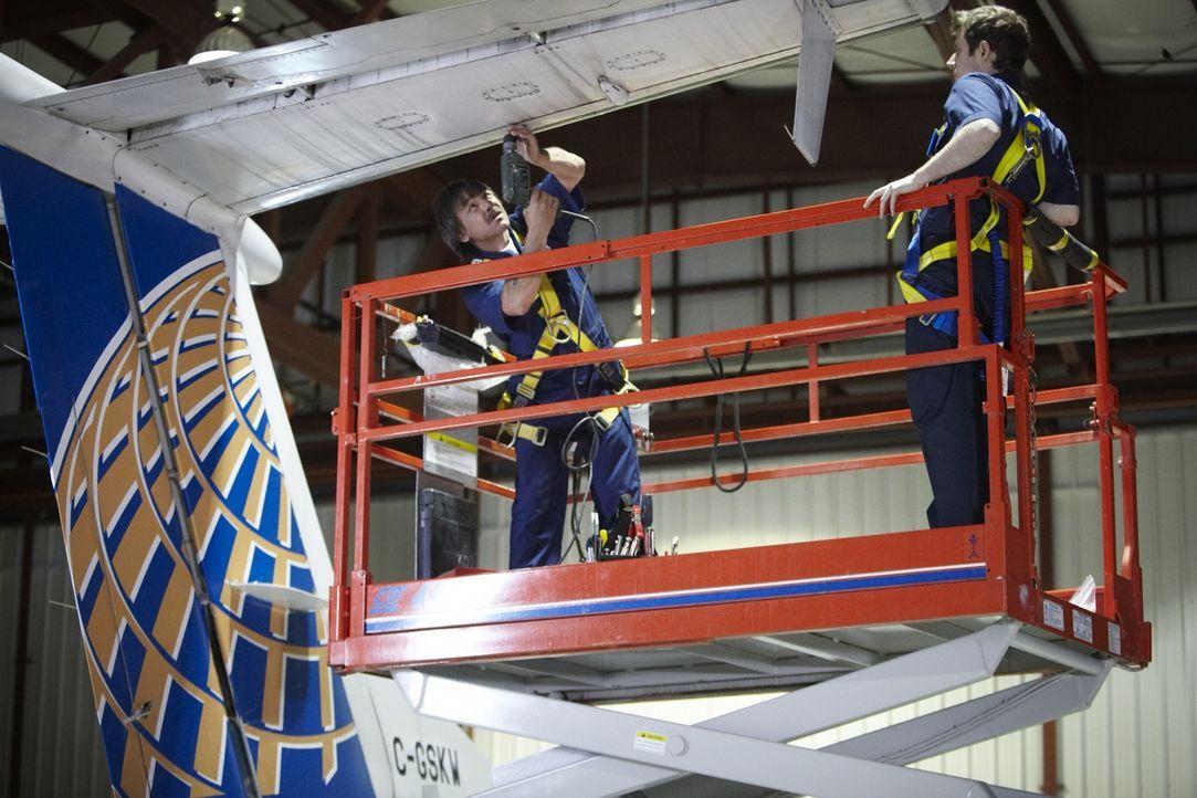 Troy Anderson (David Guthrie, r.) beobachtet, wie Mechaniker die Schrauben an einem Continental Express Pendler Jet Höhenleitwerk entfernen. Eigentl... - Bildquelle: Ian Watson Cineflix 2011
