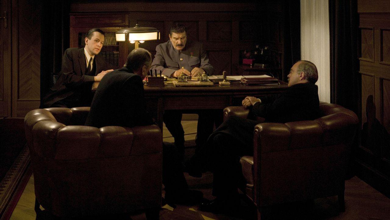 Joseph Davies (William Robert, 2.v.l.)  trifft Joseph Stalin (Alexej Petrenko, 2.v.r.), um eine Zusammenkunft zwischen Stalin und US-Präsident Frank... - Bildquelle: Mateusz Skalski BBC