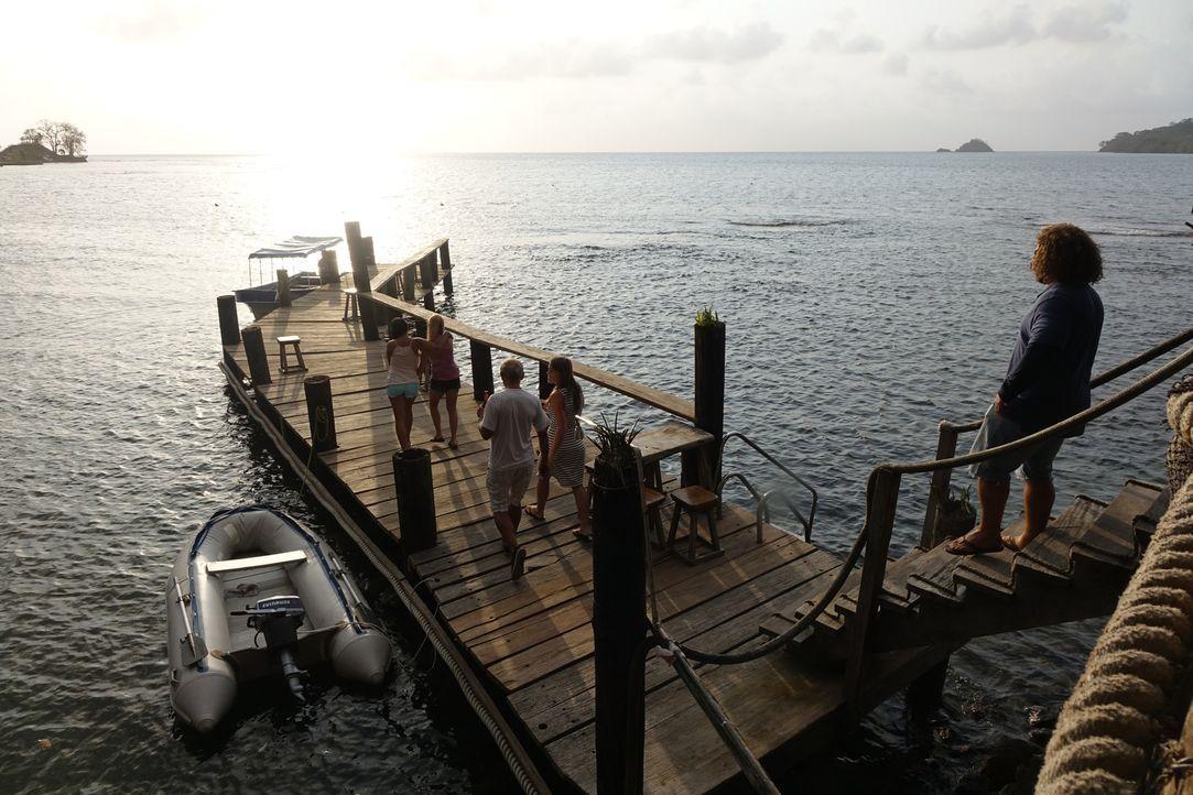 Amerikanerin Cher Hughes (2.v..l.) auf dem Weg zu einem Bootsausflug in Panama: Sie hat keine Ahnung, dass ihr Bekannter Will Cortez (r.) nicht derj... - Bildquelle: Alvaro Acosta Cineflix 2014