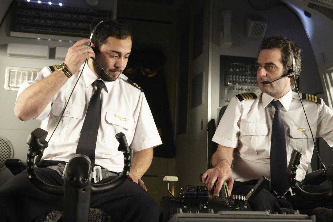 Captain Garanito Gomez (gespielt von Alex Karzis) und First Officer Ferreira Quintal (gespielt von Rodrigo Fernandez-Stoll) beginnen mit den Vorbere... - Bildquelle: Ian Watson Cineflix 2012/Ian Watson