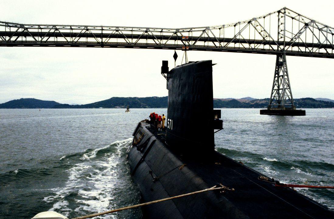 Die USS NAUTILUS (SSN-571) wird durch zwei große Hafenschlepper auf dem Weg zur Bucht von San Francisco aus der Mare Island Naval Shipyard geschlepp... - Bildquelle: Lou Reda Productions (USA)