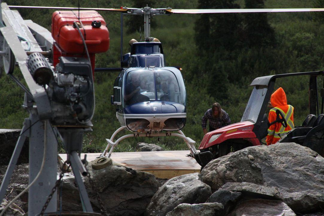 Mit schwerem Gerät und Unterstützung aus der Luft suchen die Mitarbeiter in der Jade-Mine im Norden von British Columbia nach den Edelsteinen. - Bildquelle: JADE PRODUCTIONS LTD.