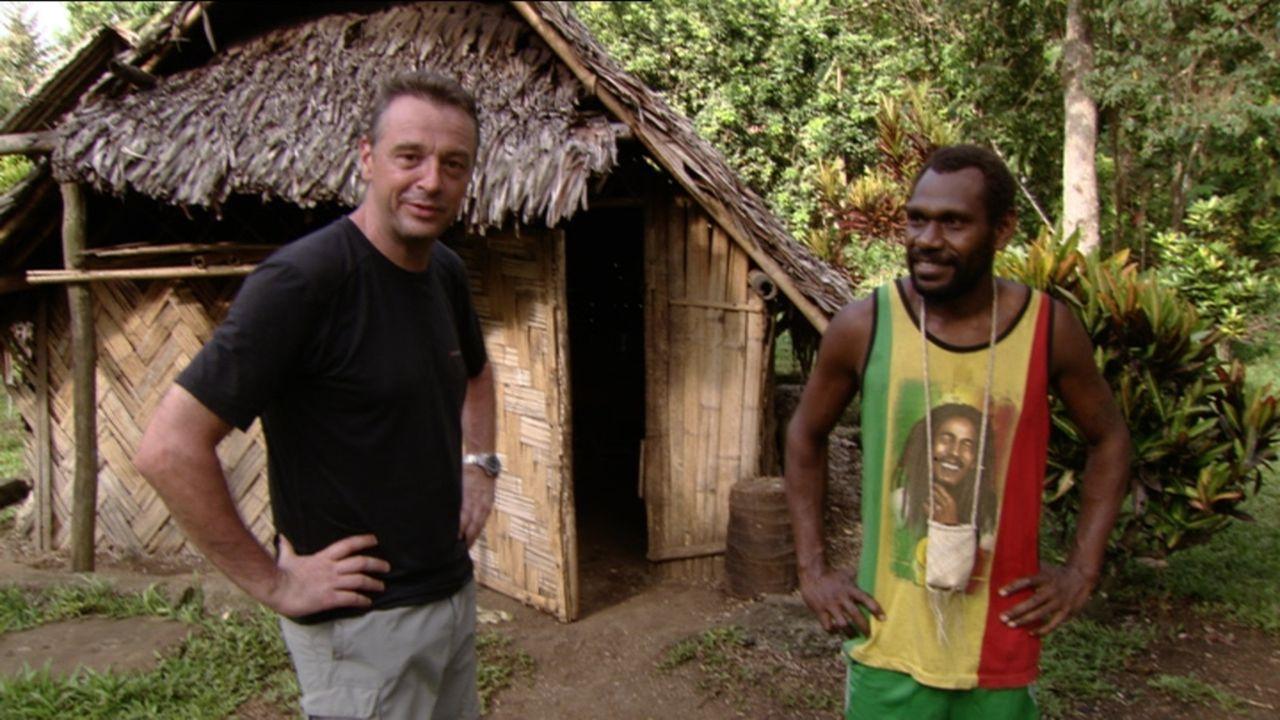 Orkane, Erdbeben und Vulkanausbrüche sind in Vanuatu Gang und Gäbe. Tom Waes (l.) besucht die gefährliche Inselgruppe, um das Leben der Einheimische... - Bildquelle: 2013 deMENSEN