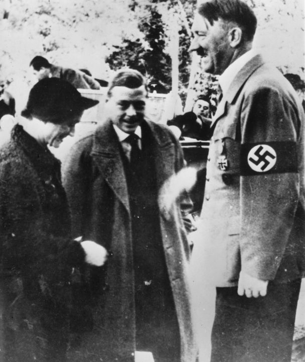 Hatte der ehemalige König von England (M.) Verbindungen zu Hitler (r.) und den Nazis? Behinderte er sogar Großbritanniens Kriegsanstrengungen gegen... - Bildquelle: Getty Images