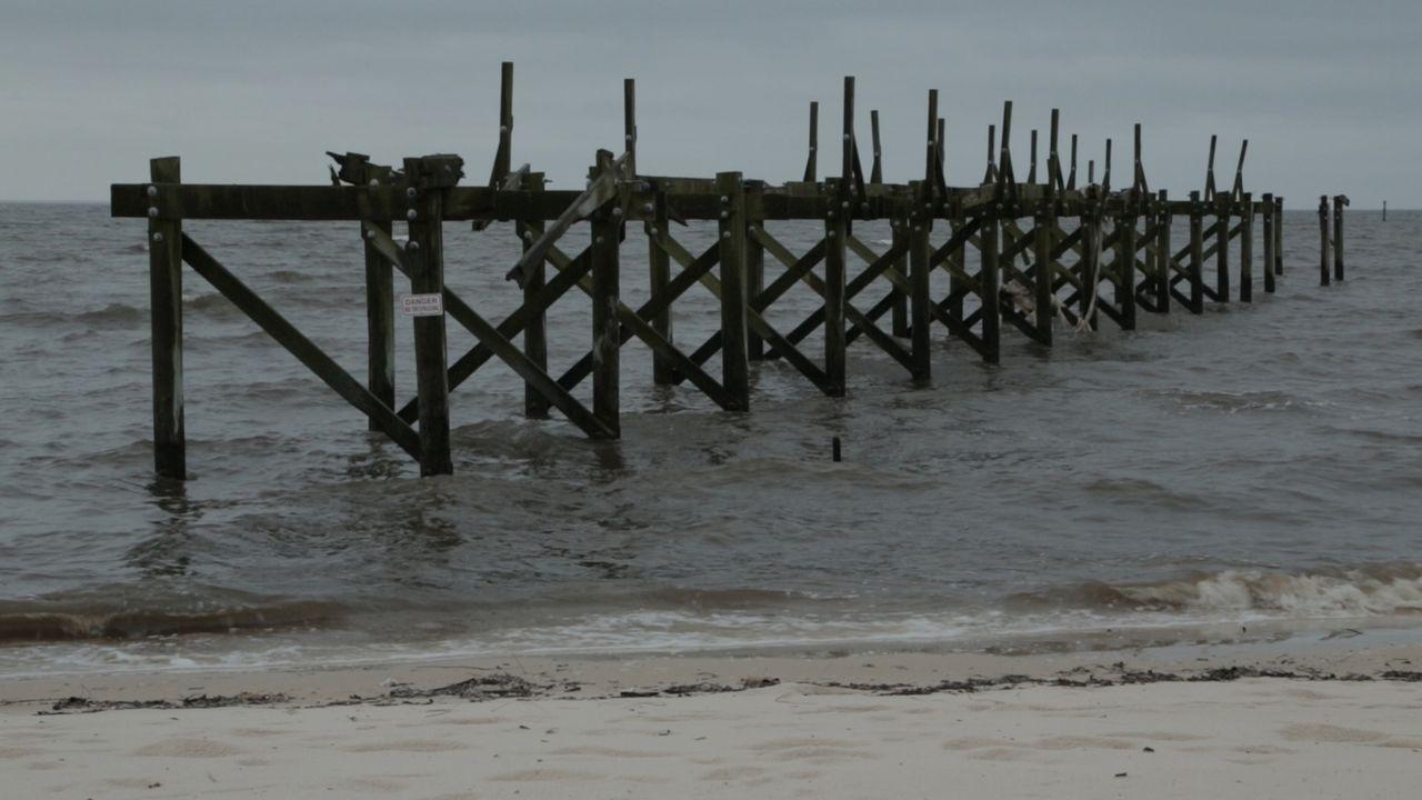 Hurrikan Katrina richtetete in Mississippi schwere Zerstörungen an und machte Strandpromenaden völlig unpassierbar. - Bildquelle: 2014 The Weather Channel LLC