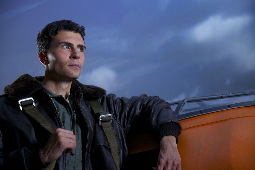 Der junge Flugzeugmechaniker Chuck Yeager (Darsteller unbekannt) passte nicht in das Bild des Militärs, wie ein Pilot sein sollte und trotzdem kämpf... - Bildquelle: DHH Productions Inc.