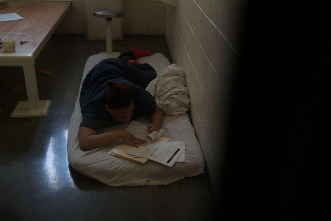 Sich auf Hausaufgaben und Weiterbildung zu konzentrieren, wie es Denise Crocketts tut, ist in der geladenen Atmosphäre der Gefängniszellen nicht imm... - Bildquelle: James Peterson National Geographic Channels/ Part2 Pictures