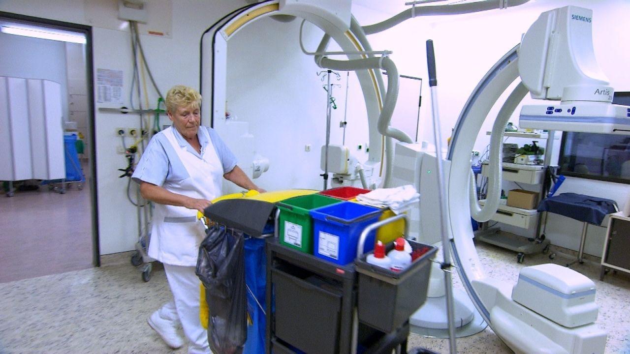 Reinigungskraft Ilse Schaub putzt schon seit einigen Jahren alles, was zum Herzkatheter-Labor gehört. Sie ist die gute Seele und gehört zum Team - g... - Bildquelle: kabel eins