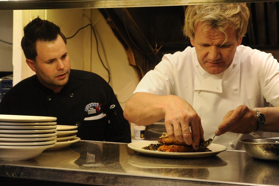 """Kann Gordon Ramsay (r.) die Besitzer und den Koch des """"Oceanas"""" von seinen Ideen überzeugen? - Bildquelle: Jeffrey Neira Fox Broadcasting.  All rights reserved."""