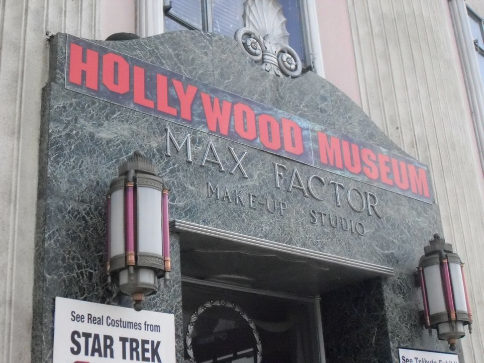 Tod einer Diva: Im Hollywood-Museum nimmt Don Wildman einen Pillenbehälter unter die Lupe, der Aufschluss über den mysteriösen Tod von Marylin Monro... - Bildquelle: The Travel Channel, L.L.C. All rights reserved.