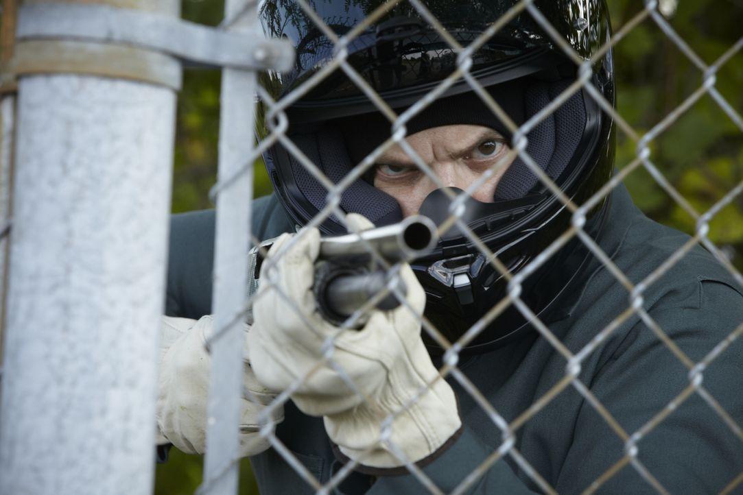 Zielt an einem Warenlager in Tacoma, Washington heimtückisch auf sein Opfer Bob Henry: Auftragkiller Larry Shandola (Ron Boyd) .... - Bildquelle: Ian Watson Cineflix 2013