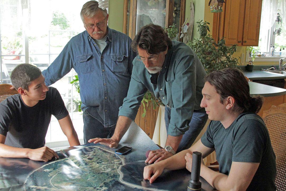 Nachdem sie gehört haben, dass ein Schatz von biblischem Ausmaß vor 2.500 Jahren auf Oak Island vergraben wurde, suchen die Scahtzsucher um Rick Lag... - Bildquelle: 2014 A&E Television Networks, LLC. All Rights Reserved/ PROMETHEUS ENTERTAINMENT
