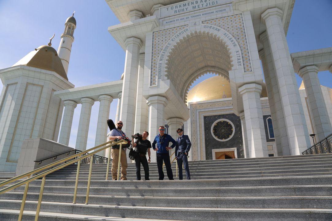 In Turkmenistan eine Reisedokumentation zu drehen, ist ein schwieriges Unterfangen, denn nur selten erhalten Ausländer ein Visum. Doch Tom Waes (2.v... - Bildquelle: 2013 deMENSEN