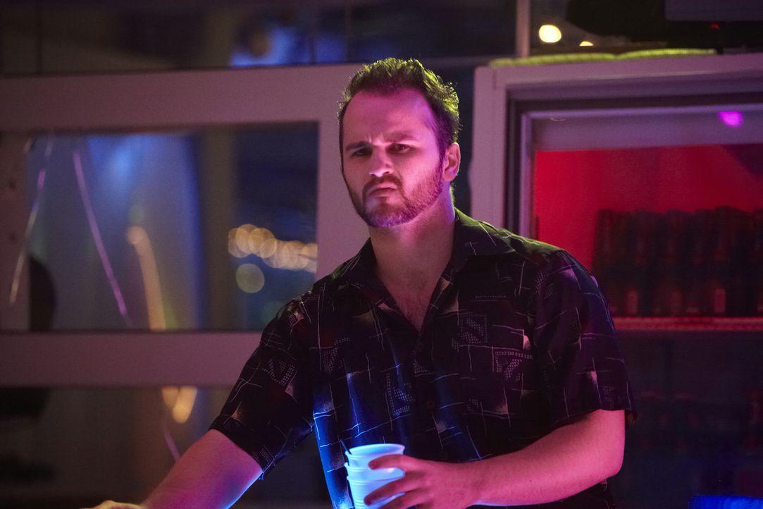 Hat Barkeeper Scott  (Even Dowling) etwas mit dem Mord an seiner Exfreundin und Kollegin Laurie Colannino zu tun? - Bildquelle: Darren Goldstein Cineflix 2011