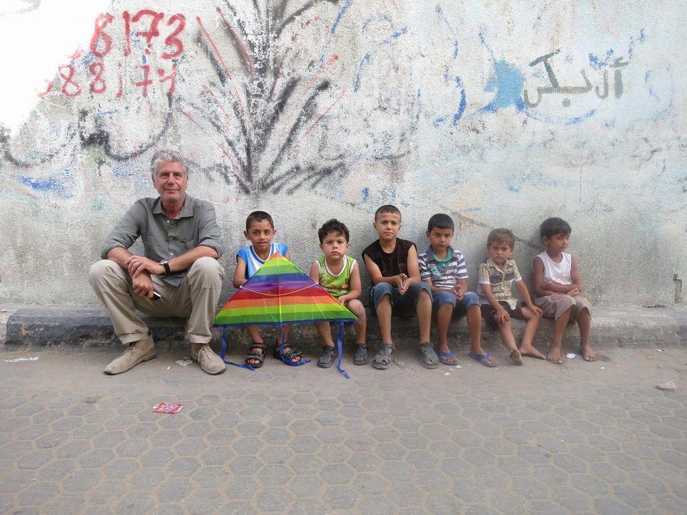 Anthony Bourdain (l.) besucht Israel, die West Bank und den Gazastreifen um zu erfahren, wie die Menschen dort mit der angespannten politischen Situ... - Bildquelle: 2013 Cable News Network, Inc. A TimeWarner Company. All rights reserved.