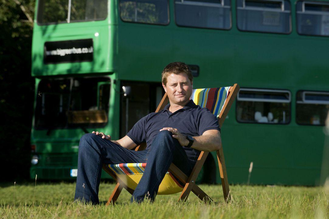 George Clarke setzt seine Abenteuer in der Welt der Mikrobauten fort. In dieser Woche begegnet er Tischler Adam, der sich einen 30-jährigen Doppelde... - Bildquelle: Andrew Hasson Andrew Hasson