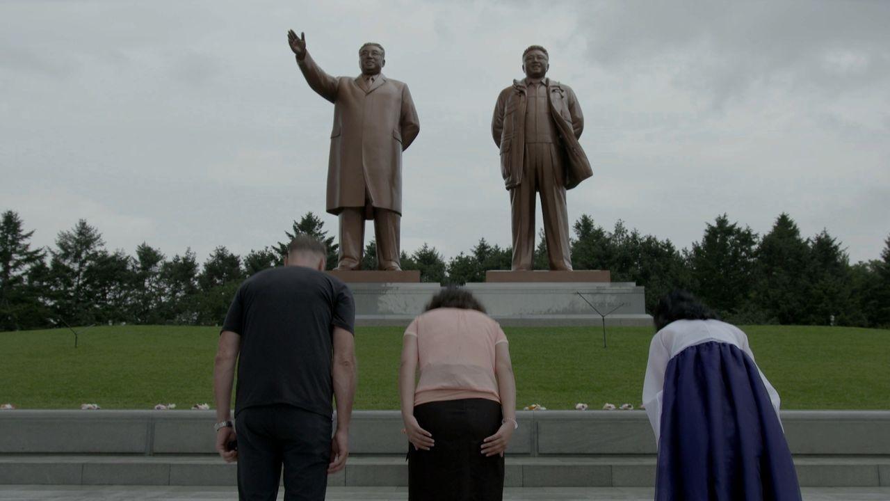 Immer unter Beobachtung: Tom Waes legt in Nordkorea eine von der Regierung festgelegte Route zurück. Zwei nordkoreanische Regierungsmitarbeiter weic... - Bildquelle: 2013 deMENSEN