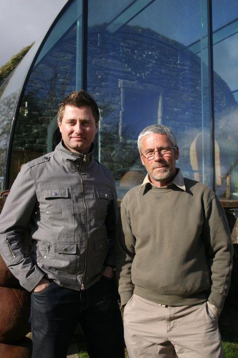 Laird Henderson (r.) liebt die Natur und möchte sich nun in einem schottischen Eishaus niederlassen. Saftige grüne Wiesen und dunkle Seen hätte er s... - Bildquelle: Tiger Aspect Productions Limited 2010