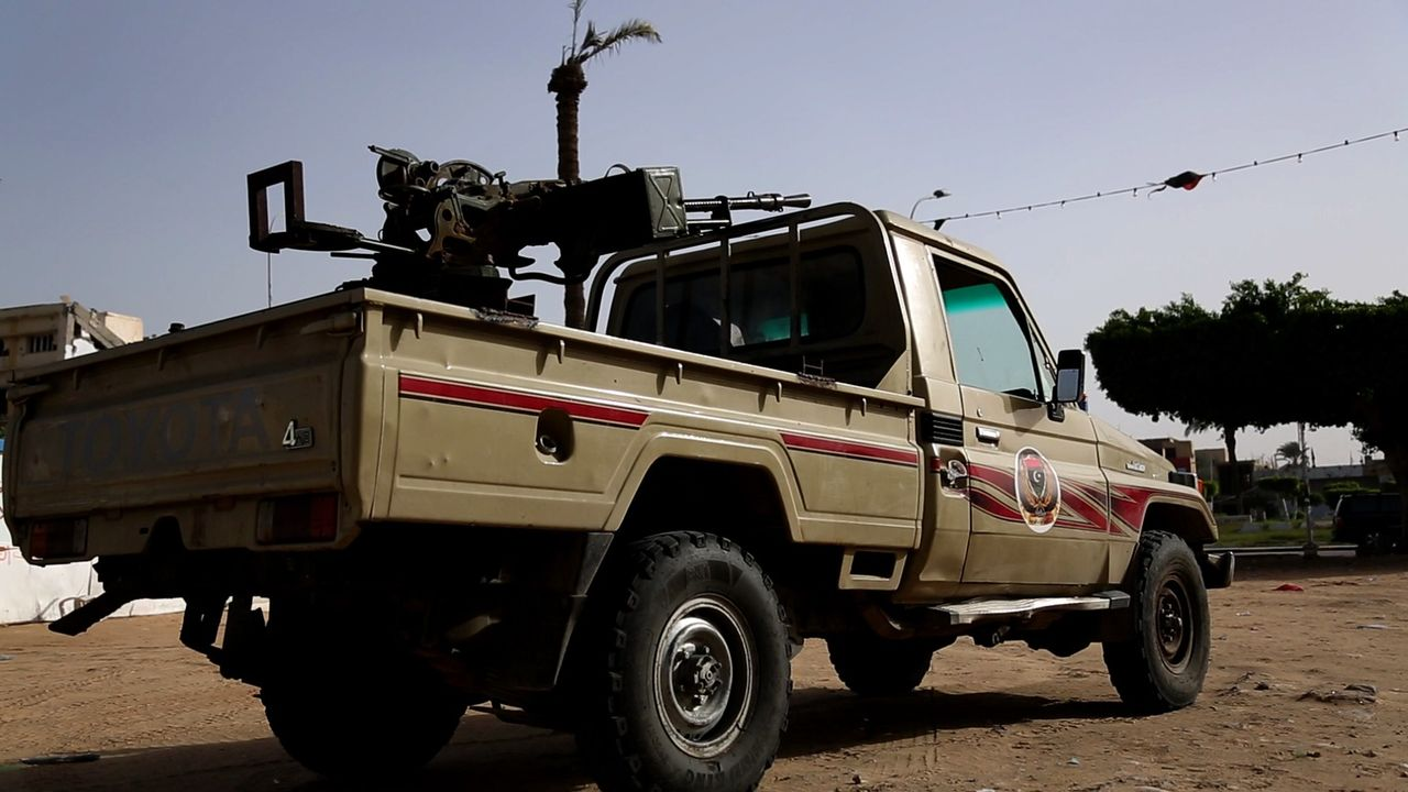 Als sich Gaddafi isoliert und unter ständigem Beschuss durch die Nato wiederfindet, trifft er eine Entscheidung: Er lässt fremder Söldnertrupps für... - Bildquelle: Phil Coates Eyeline Entertainment