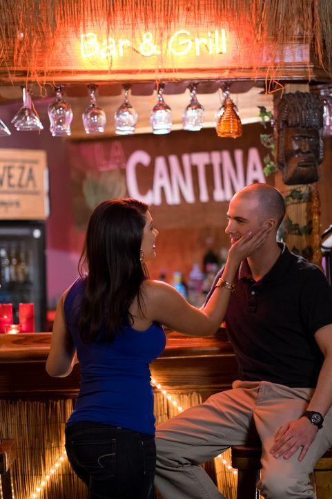 Alles nur Masche: Maritza (l.) verführt in einer Bar auf Honduras US-Soldaten und täuscht eine Schwangerschaft vor, um jahrelang Unterhaltszahlungen... - Bildquelle: Darren Goldstein Cineflix 2015