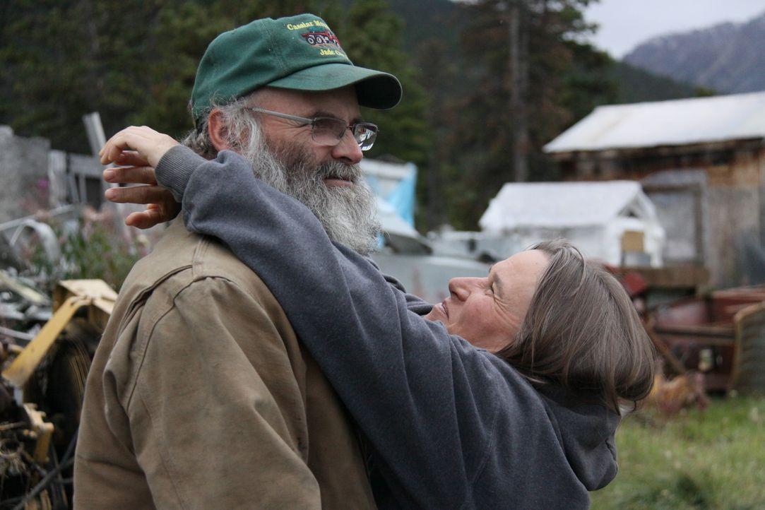 Sie sind die Chefs der Jade Mine in dem 35-Seelen-Dorf Jade City im Norden von British Columbia: Claudia (r.) und ihr Mann Robin Bunce (l.) ... - Bildquelle: JADE PRODUCTIONS LTD.