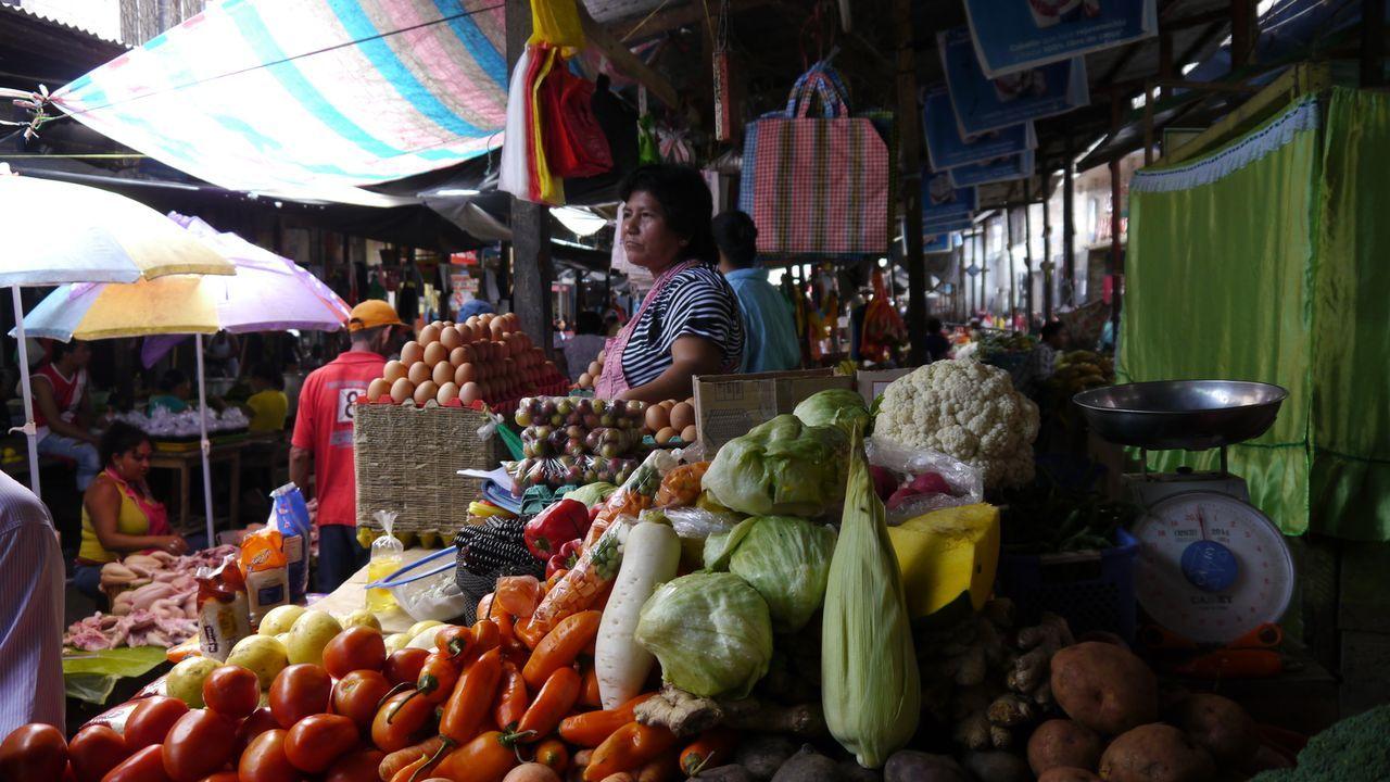 So trinkt die Welt: In den Straßen von Lima, Peru testet Bar-Profi Jack Maxwell lokale Gaumenschmeichler wie aphrodisierenden Cañazo-Schnaps, Jungle... - Bildquelle: 2014, The Travel Channel, L.L.C. All Rights Reserved.