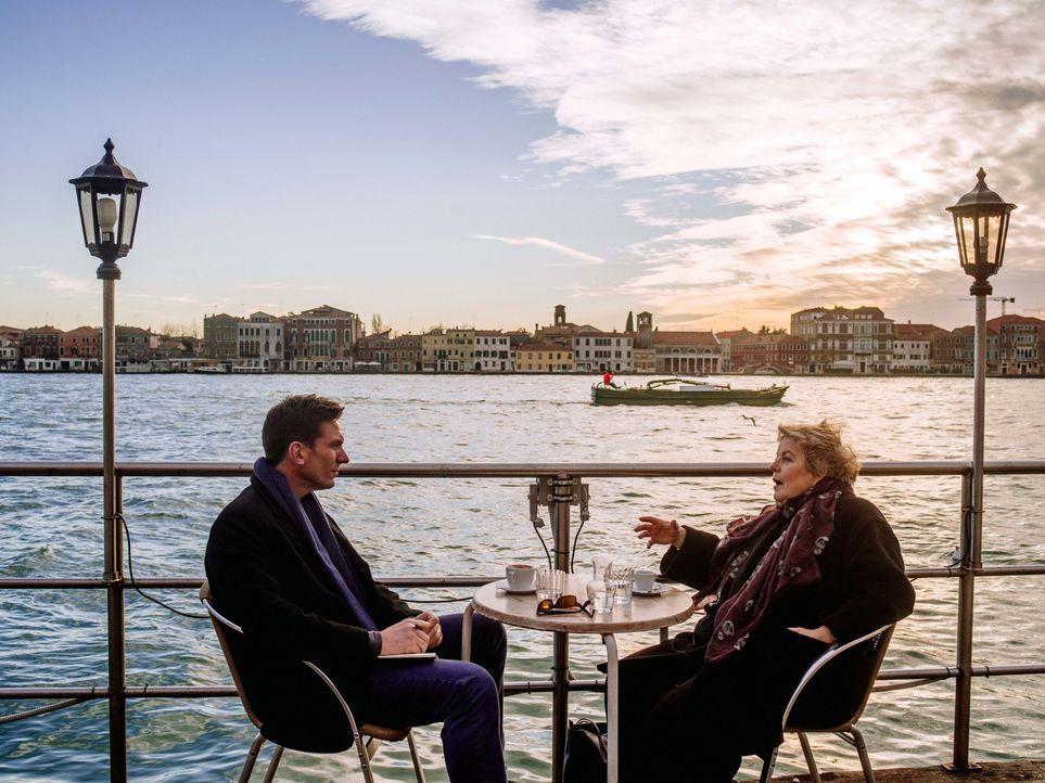 Bill Weir (l.) reist nach Italien und watet durch die überfuteten Gassen und Kanäle Venedigs. Dort versucht er sich selbt ein Bild davon zu machen,... - Bildquelle: Philip Bloom 2015 Cable News Network. A Time Warner Company. All Rights Reserved.