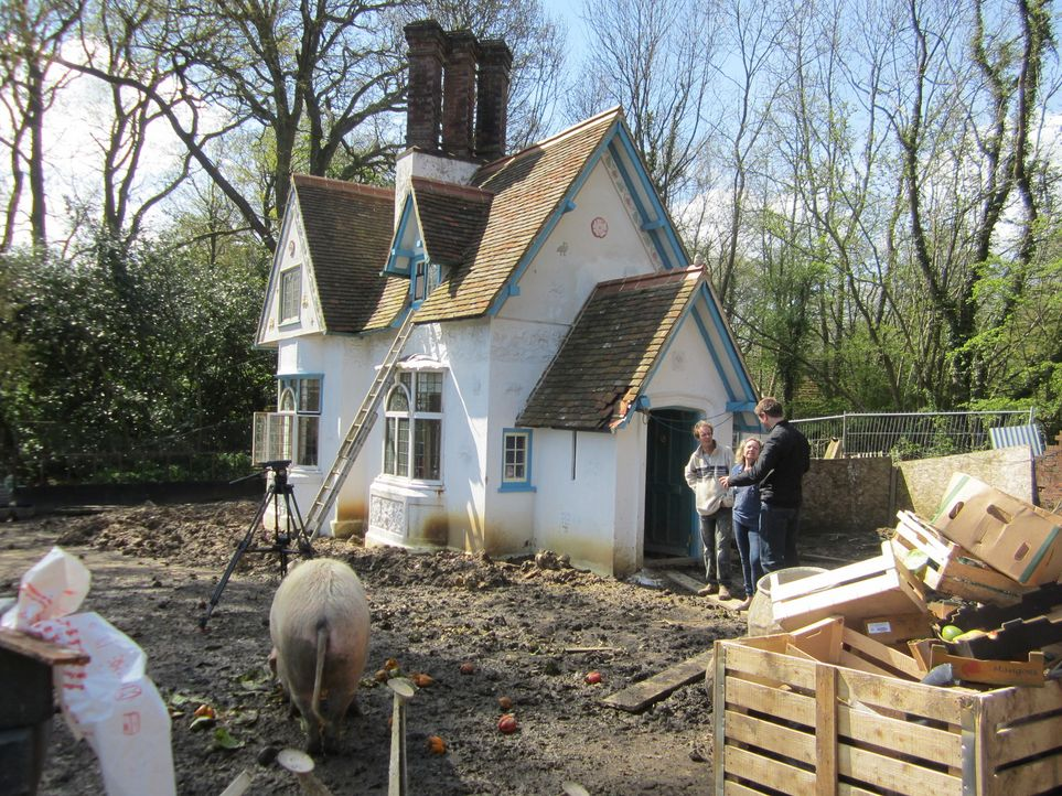 Für die Restauration des wunderschönen alten Torhauses in Longhurst Lodge, nimmt ein kreatives Paar sogar in Kauf zwei Jahre in einem Wohnwagen nebe... - Bildquelle: Tiger Aspect Productions Ltd MMMXIV