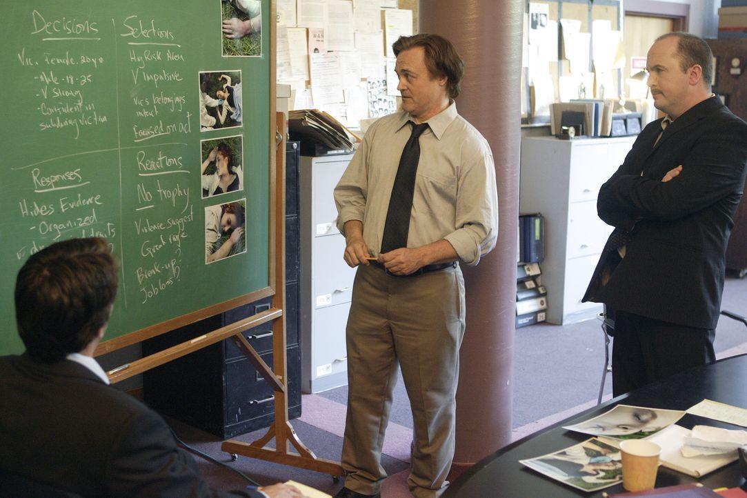 Die Ermittler Nesbitt (David Matheson, r.), Martin Ransom (Mark Montegue, l.) und Jim Van Allen (Robert Nolan, M.) überprüfen das Profil des Killers... - Bildquelle: Ian Watson Cineflix 2008