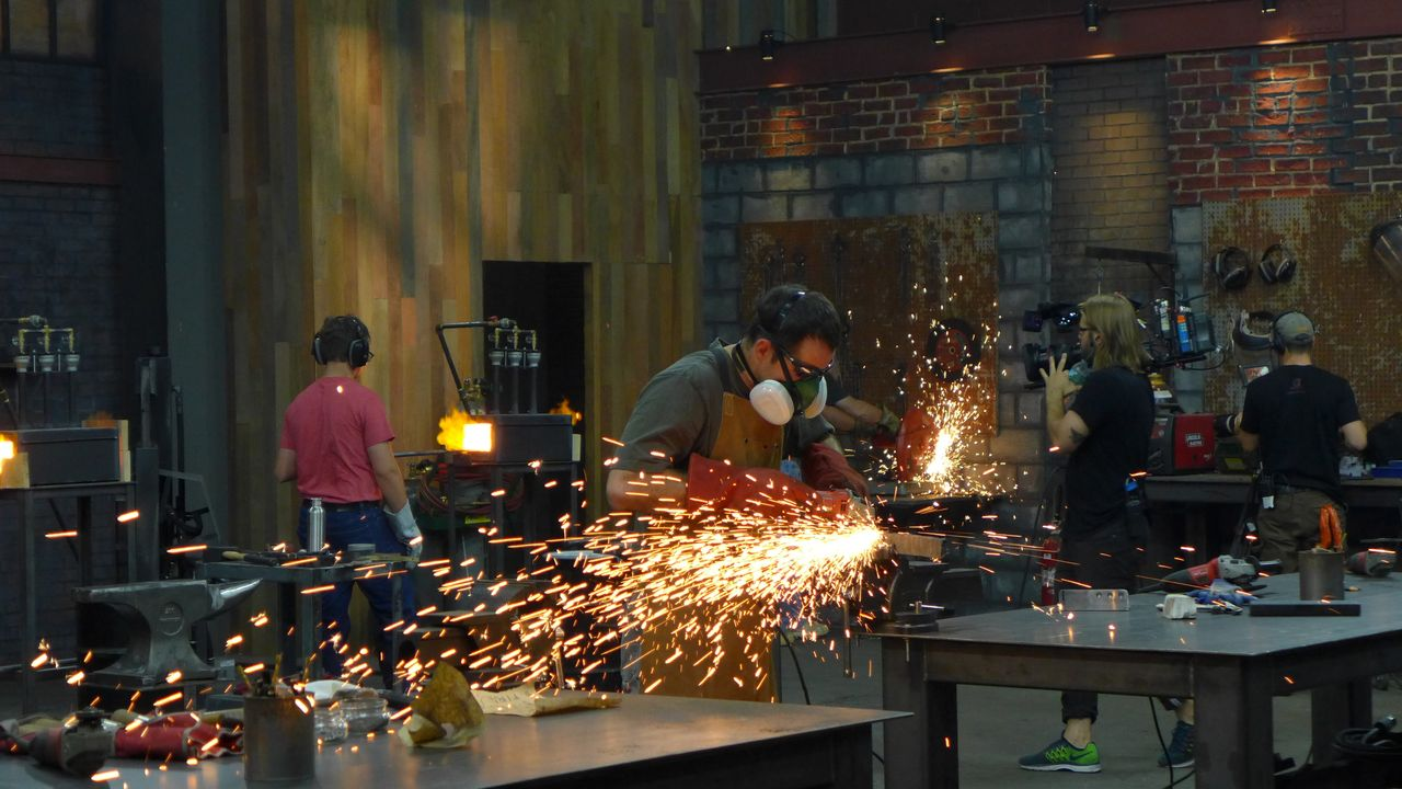 Vier Waffenschmiede treten gegeneinander an, um sich Ruhm, Ehre und ein saft... - Bildquelle: A&E Television Networks