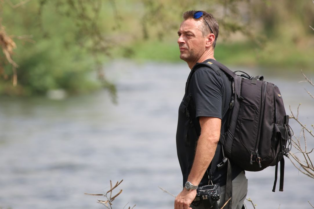 Reporter Tom Waes macht sich auf den Weg in den Südsudan - einen Ort, um den der Pauschaltourist einen Riesenbogen macht. Dort erlebt er unglaublich... - Bildquelle: 2013 deMENSEN
