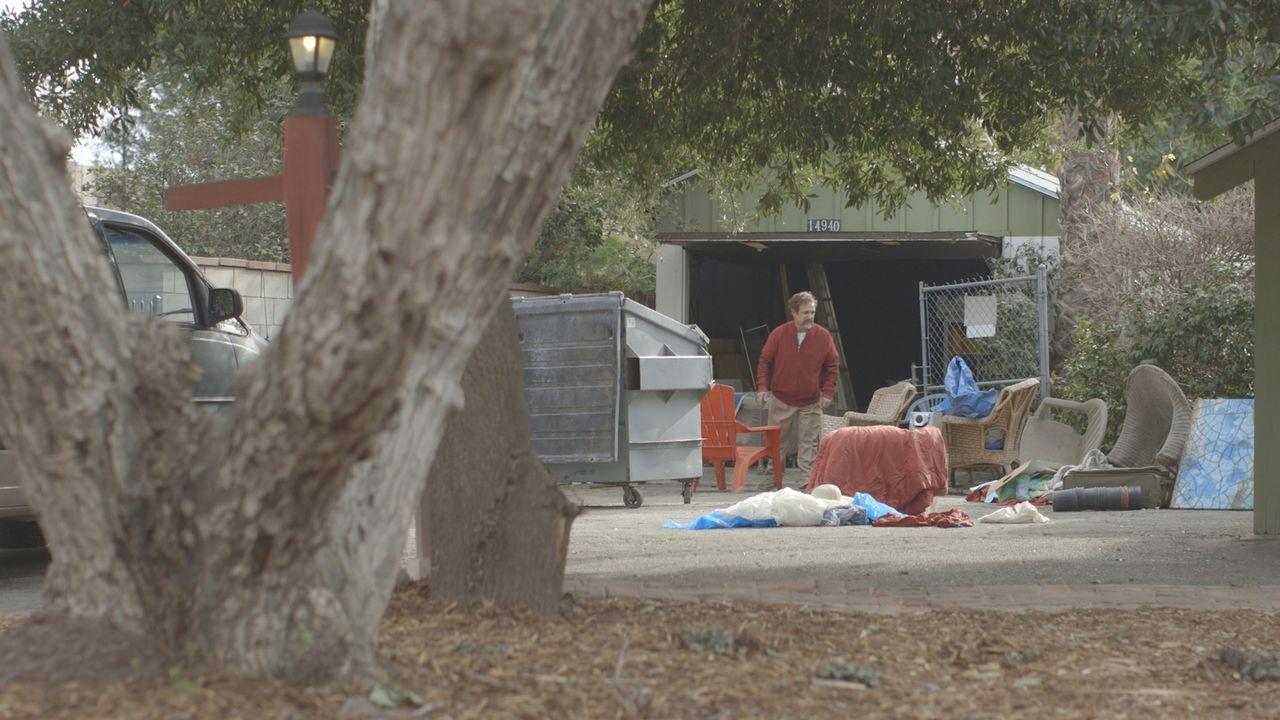 Kurz vor seinem Tod entrümmelt der 56-jährige Dr. Eugene Mallows (Foto) die Garage seines Elternhauses - nicht ahnend, dass er wenige Stunden später... - Bildquelle: LMNO Cable Group
