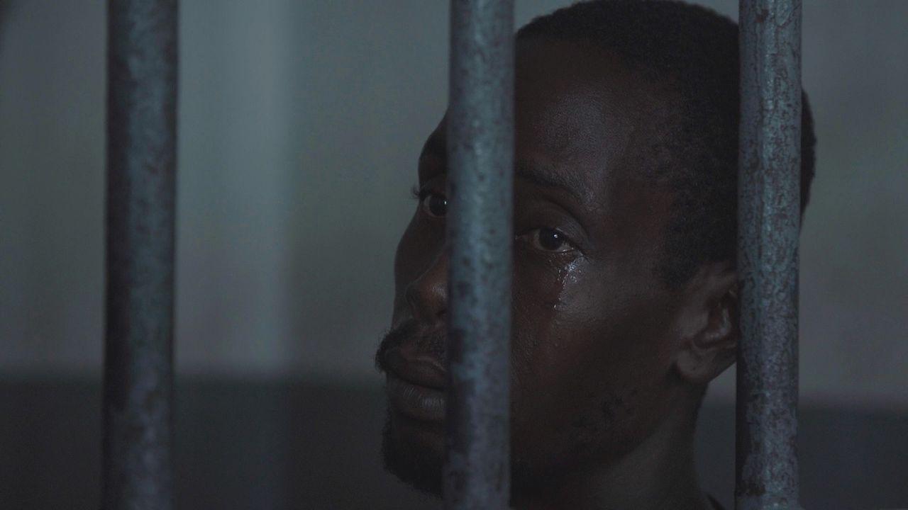 Insasse Jean ist völlig zweifelt und körperlich und seelisch am Ende. Der Haitianer sitzt seit Jahren in Untersuchungshaft des völlig überfüllten Ge... - Bildquelle: Quicksilver Media MMXVI