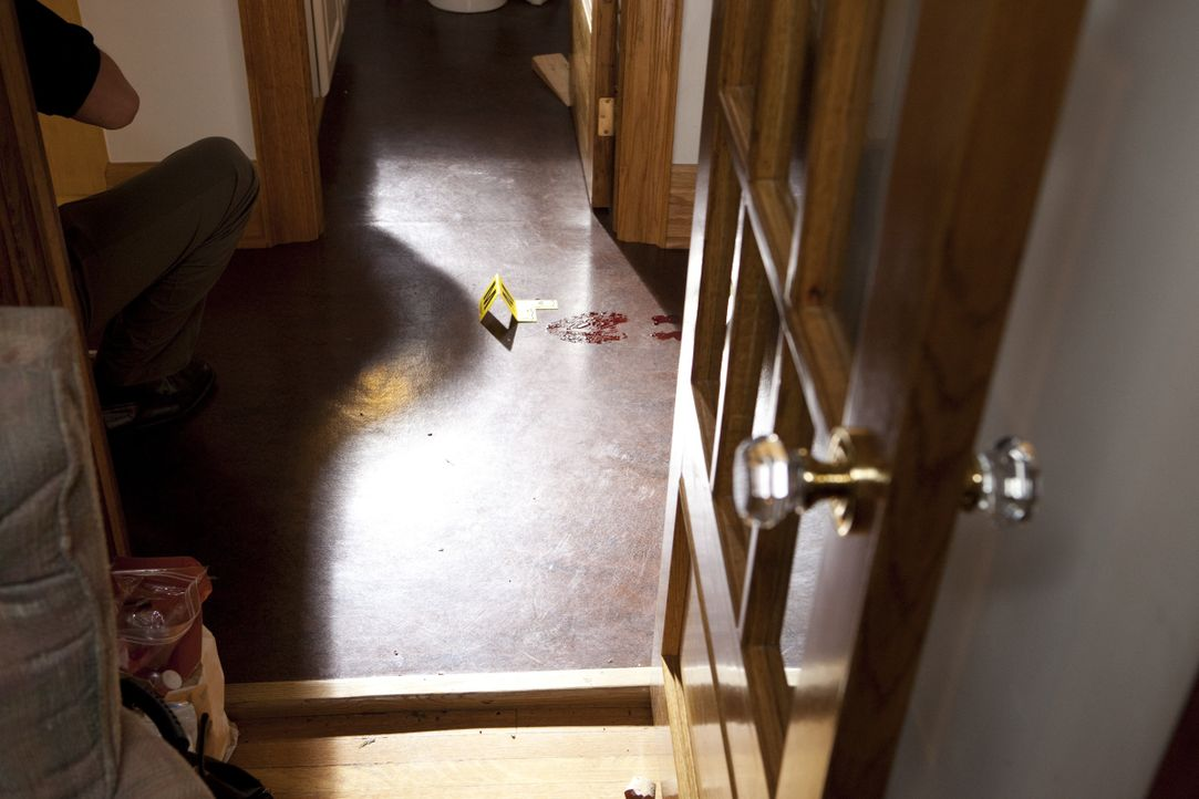 Eine Kleinstadt in Pennsylvania wird von einem Mordfall erschüttert: Dem Zahnarzt John Yelenic wurde brutal die Kehle durchschnitten. Blutige Schuha... - Bildquelle: Jeremy Lewis Cineflix 2010 / Jeremy Lewis