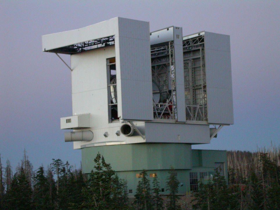 """Das """"Large Binocular Telescope"""" befindet sich in über 3.000 Metern... - Bildquelle: Joe Myerscough Joe Myerscough"""