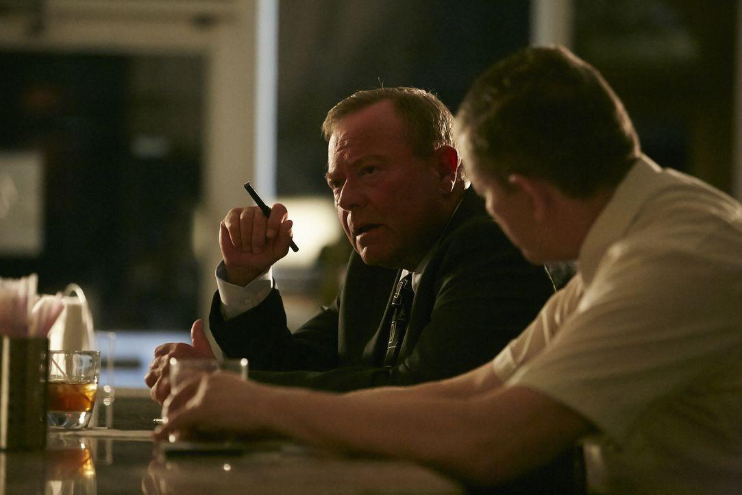 Haben sie es mit einem Serienkiller zu tun? Ermittler Browning ( JR Ross, l.) und sein Kollege Glen Glause (Paul Gagnon, r.) finden Parallelen zwisc... - Bildquelle: Ian Watson Cineflix 2015