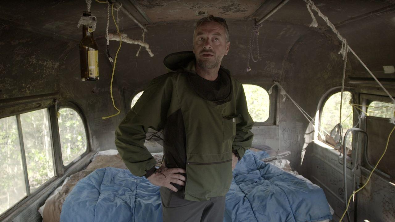 Im Grab der Wildnis: Tom Waes im Bus des verstorbenen Aussteigers Chris McCandless. Er hatte vier Monate darin gelebt, bevor man ihn dort tot auffan... - Bildquelle: 2015 deMENSEN
