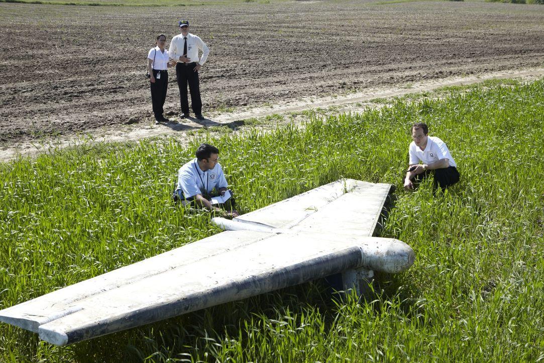 Deepak Joshi (Richard Young, vorne l.) und Jim Ritter (Noah Davis, vorne r.) untersuchen das Höhenleitwerk des Continental Express Pendler Jets, wel... - Bildquelle: Ian Watson Cineflix 2011