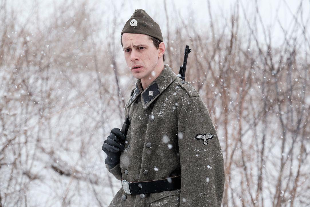 Mutiger Zeitzeuge: Nachdem der Ex-SS-Soldat Adalbert Lallier (Liam Murphy) aus Angst jahrelang geschwiegen hat, sagt er 2001 in einem Prozeß gegen s... - Bildquelle: Darren Goldstein Cineflix 2015