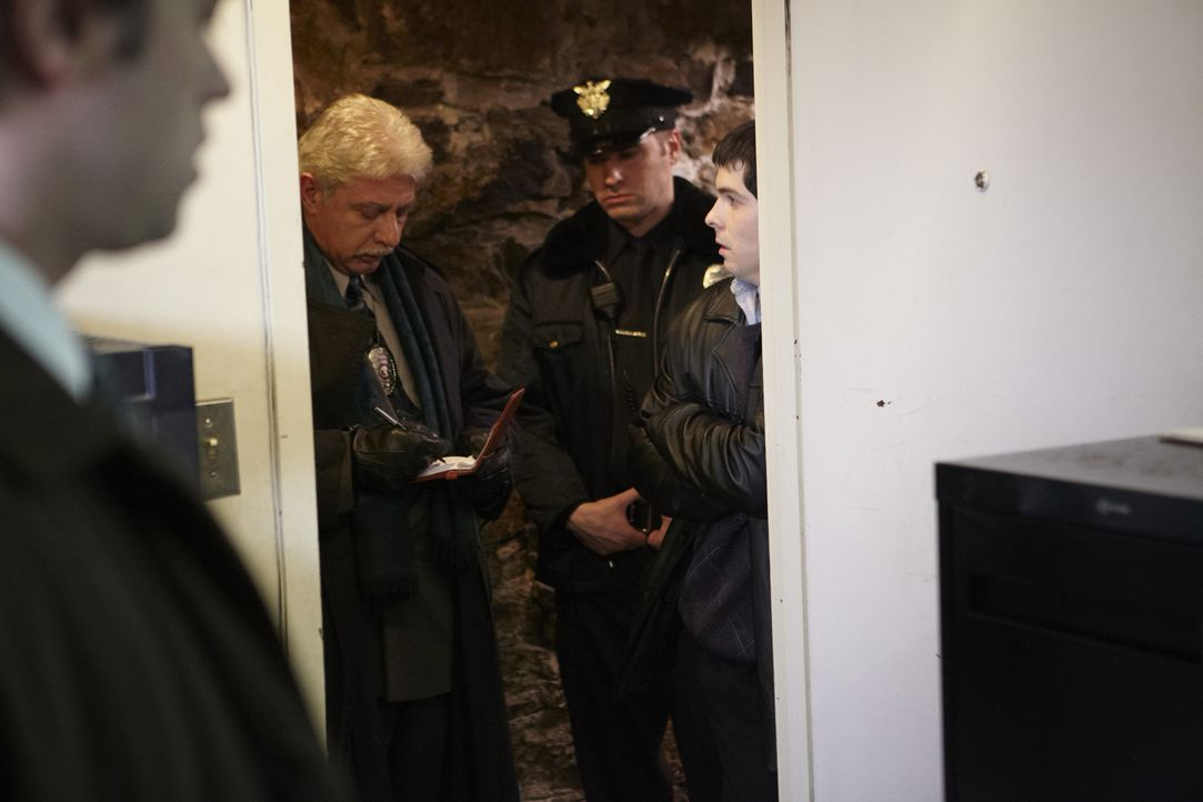 Als die Ermittler am Tatort des Mordes von Jim Webb ankommen, haben sie sofort seinen Geschäftsparter Guy Sileo (Oliver Gerogiou, l.) in Verdacht. - Bildquelle: Darren Goldstein Cineflix 2011