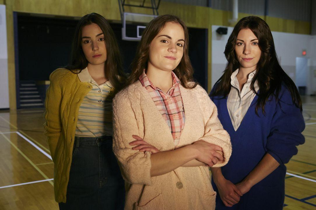 Die Pritchard-Drillinge Suzette (Nicole McCafferty, M.), Jeanette (Georgia Hadjis, l.) und Annette (Deanna Little, r.). Die drei sind untrennbar - k... - Bildquelle: Ian Watson Cineflix 2014