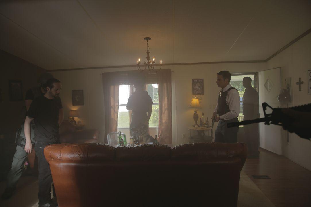 Hat Drogendealer Glenn Sapp (Che Broadway,l.) den Soldaten Curtis Ashley getötet? Lt. Joe Kenda (Carl Marino) und ein SWAT-Team nehmen seine Wohnung... - Bildquelle: Jupiter Entertainment
