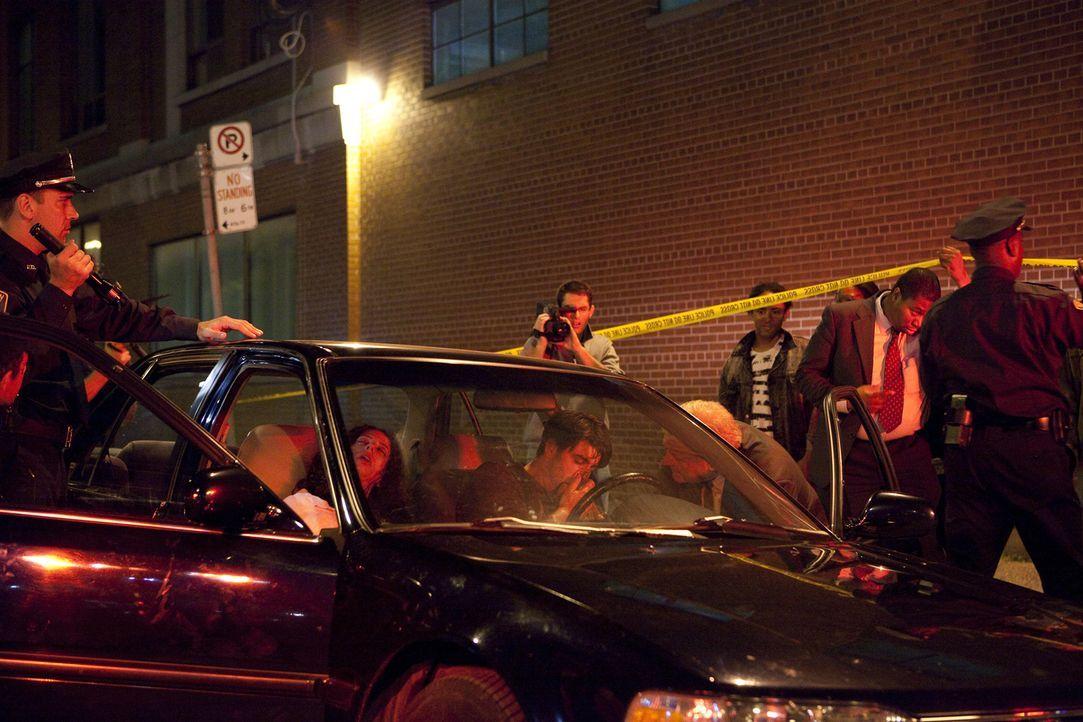 Wer hat auf die hochschwangere Carol Stuart (Silvana Stripe) und Ehemann Charles (Michael McCrudden) geschossen? Detective O'Malley (George Komorows... - Bildquelle: Jeremy Lewis Cineflix 2010