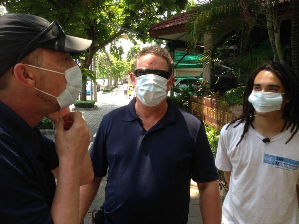 Schnell wird Toto (M.) und Harry (l.) bewusst, dass sich die Polizei in Thailand auch in brandgefährliche Gebiete vorwagen muss ... - Bildquelle: kabel eins