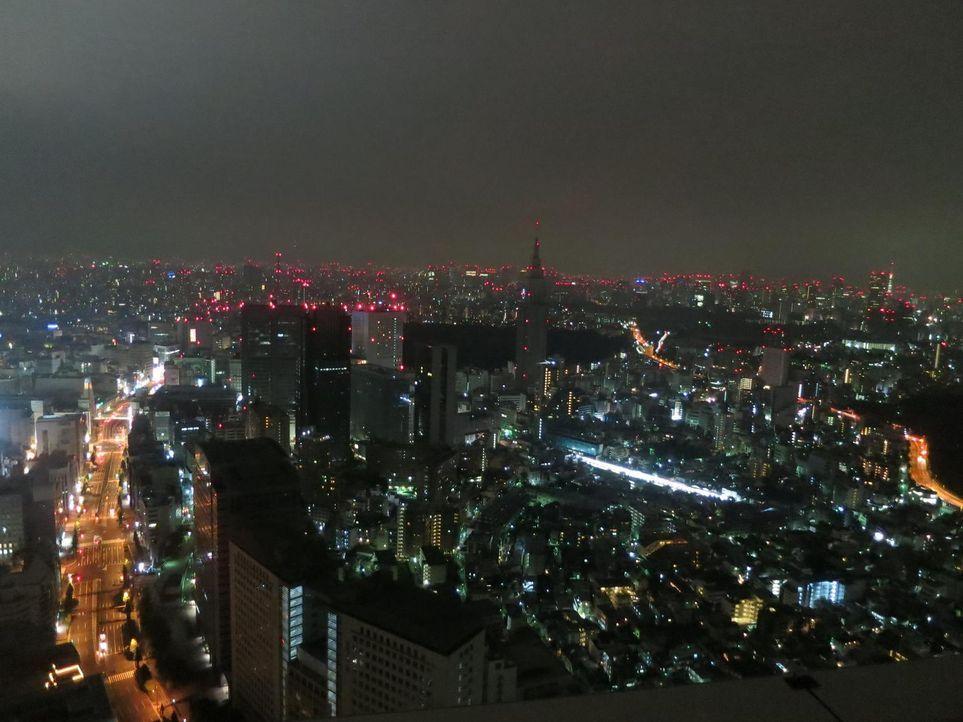 Begibt sich auf eine äußerst spannende Reise in die manchmal verstörenden Parallelwelten von Tokio: Anthony Bourdain ... - Bildquelle: 2013 Cable News Network, Inc. A TimeWarner Company. All rights reserved.